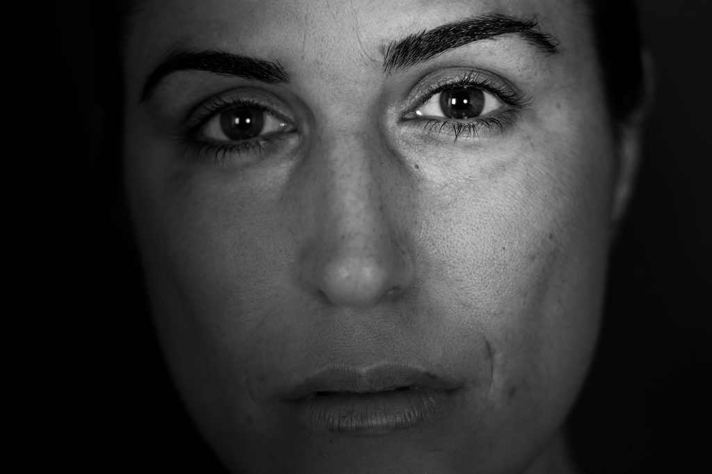 Primer, primer plano, blanco y negro. Periodista y presentadora Laura Lobo mirando directamente a cámara.