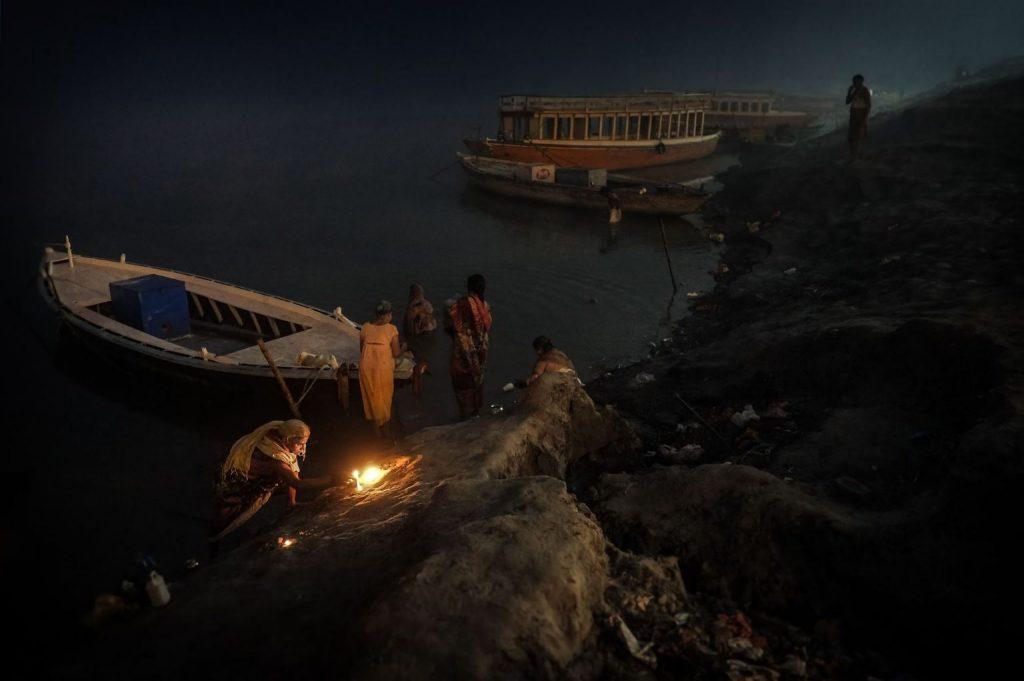 Fotógrafos tramposos. Plano general, color. Hindus preparando los rezos a la orilla del Ganges.