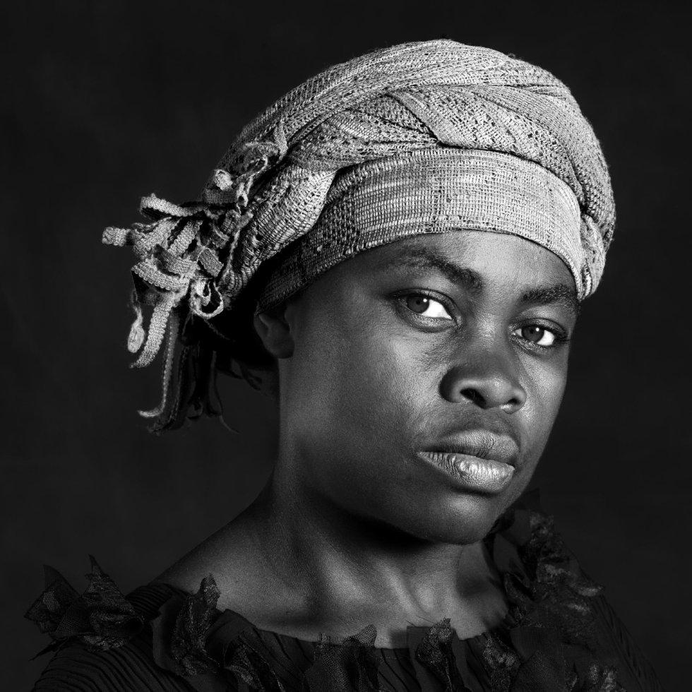Primer plano, blanco y negro. Indígena africana con turbante