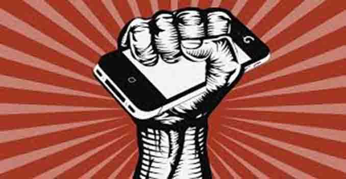 Ilustración. Puño en alto con teléfono móvil. Al estilo de los puños de las banderas comunistas clásicas.