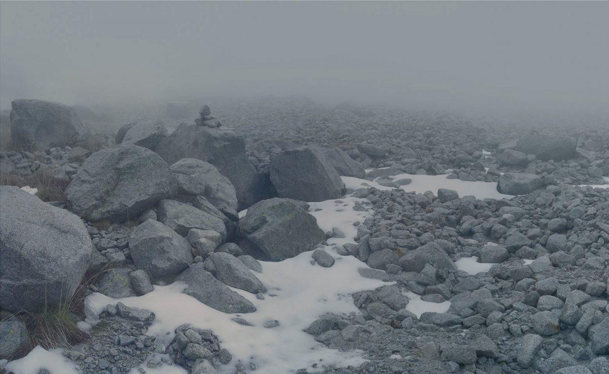 Glaciar, parcialmente descongelado. Rocas y nieve