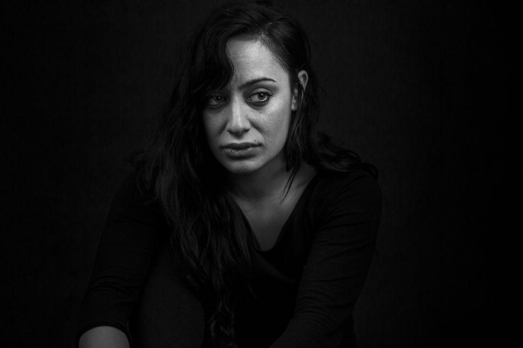 El silencio en la fotografía. Blanco y negro, plano medio, mujer pensativa mirando hacia su izquierda.