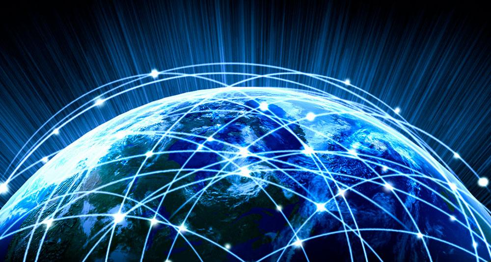 Imagen parcial del globo terráqueo, en tonos azules, con líneas que simulan las conexiones globales de internet.
